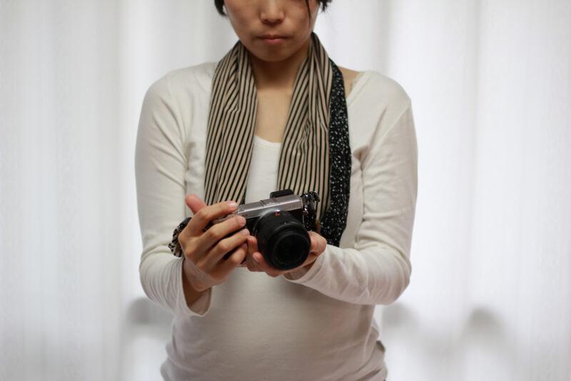 サクラカメラスリング 装着 女性 手で持つ