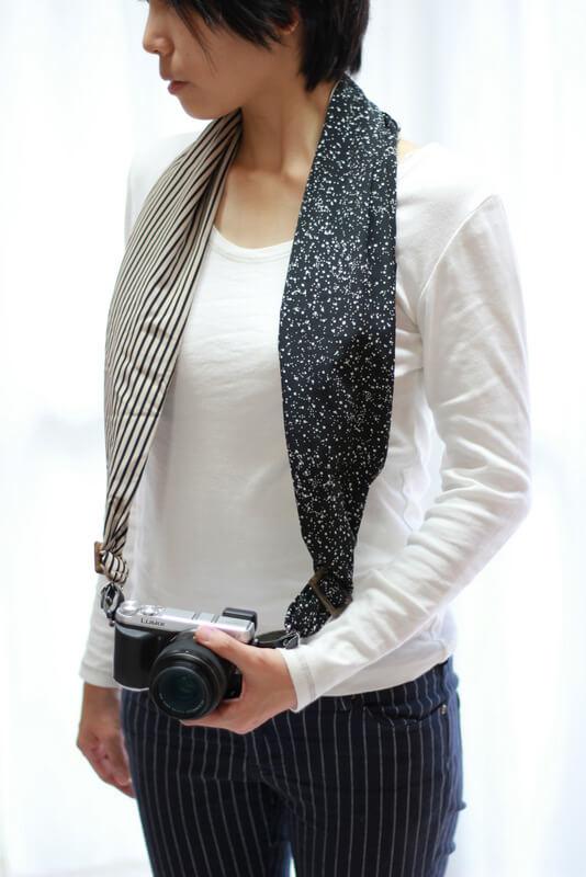 サクラカメラスリングを装着した女性 前