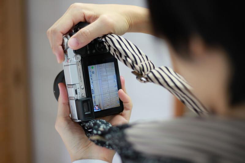 ミラーレスカメラの液晶とサクラカメラスリング