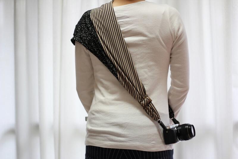 サクラカメラスリング 装着 女性 後ろ