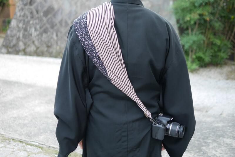 サクラカメラスリング装着 男性着物 うしろ