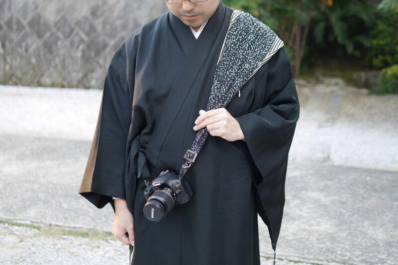 サクラカメラスリング装着 男性着物