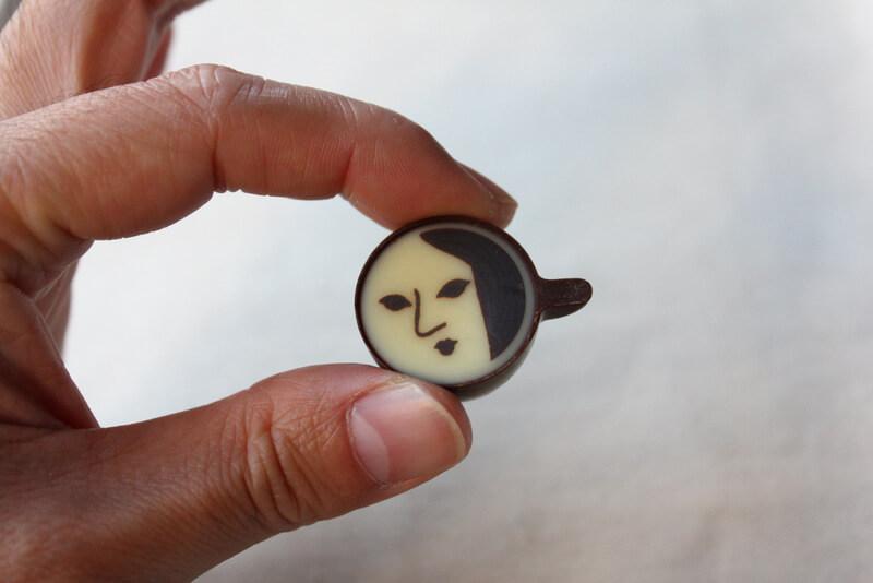 顔が描かれたカプチーノチョコレート