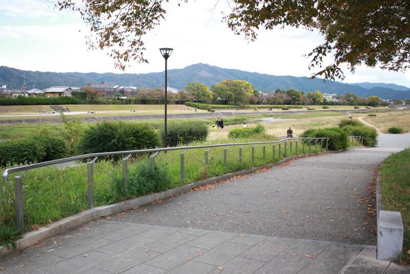 賀茂川の河川敷の入り口