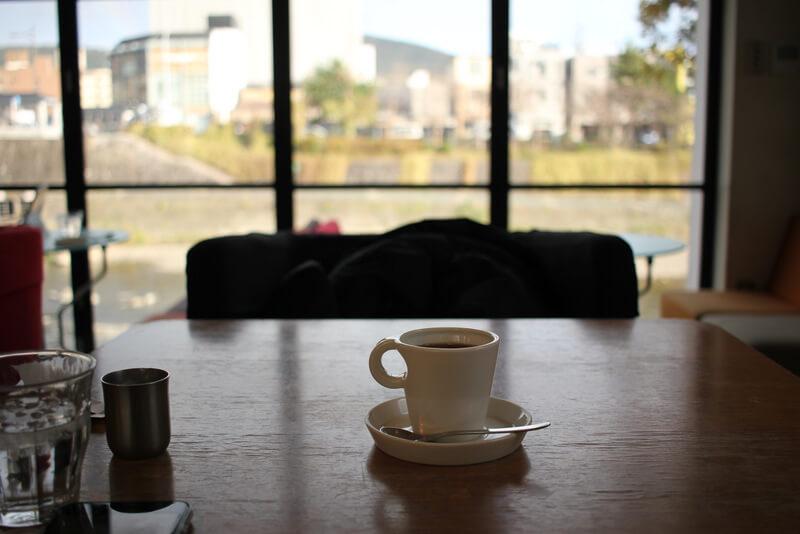 ホットコーヒーと鴨川