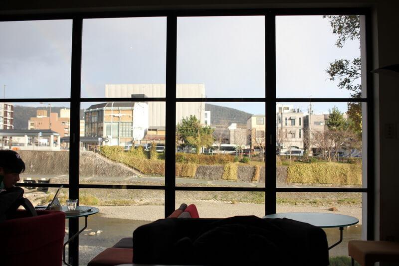 エフィッシュの1階大きな窓