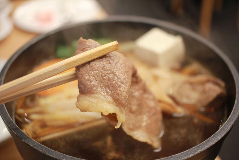 煮込まれたお肉を持ち上げる