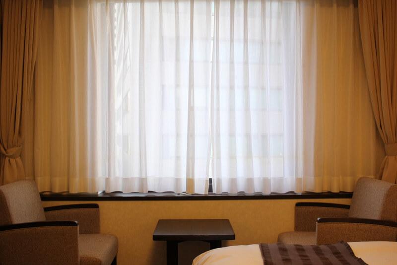 カーテンのかかった部屋の窓