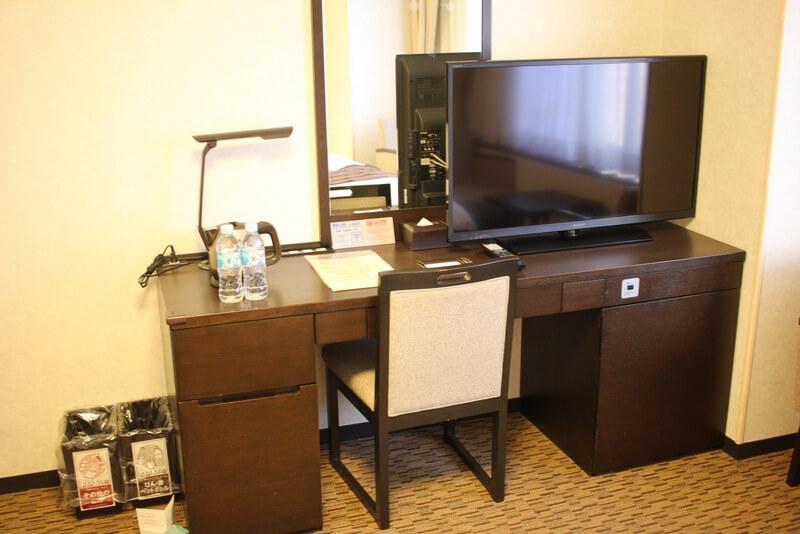室内のデスクとテレビ