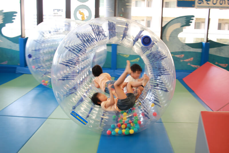 サイバーホイールで遊ぶ子ども