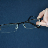 各メガネショップ(JINS Zoff 眼鏡市場など)の曇り止めレンズ価格比較