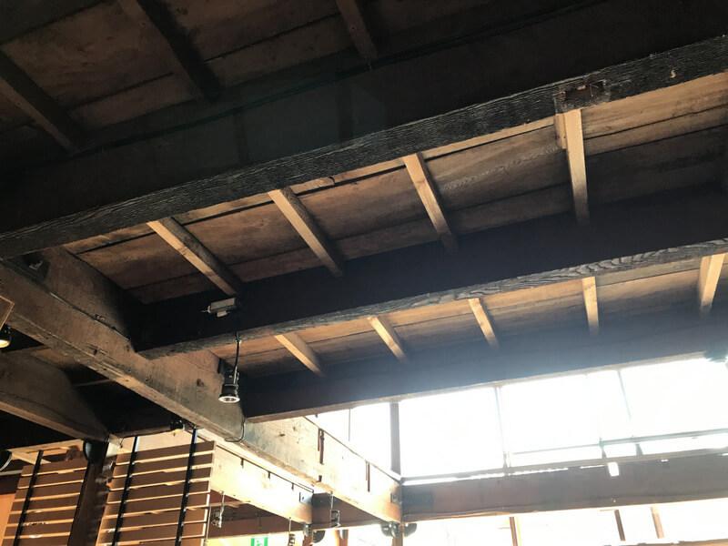 ブルーボトルコーヒー京都カフェ 天井の梁