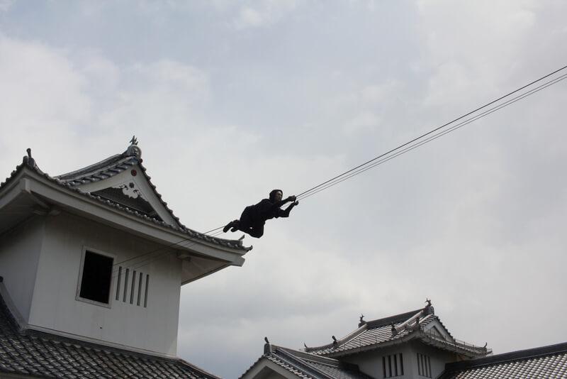 綱をつたう映画村の忍者