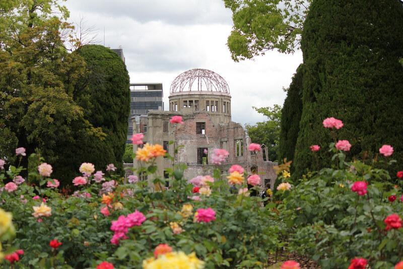 原爆ドームとバラ