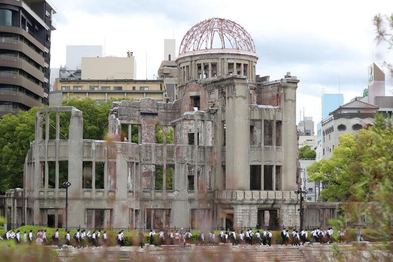 原爆ドームと修学旅行生