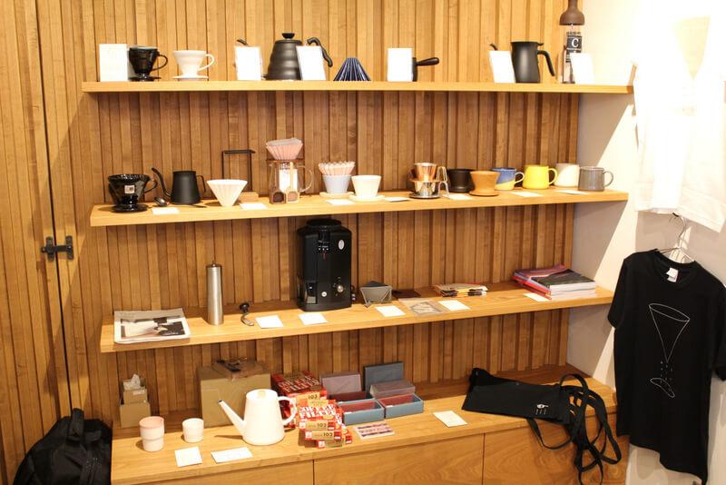 店内に並ぶコーヒー器具