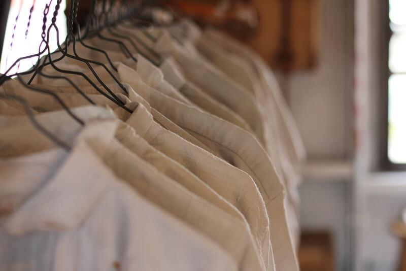 吊るされた白い服