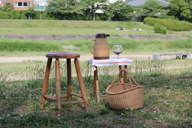 木陰に置かれた椅子とテーブルとコーヒー