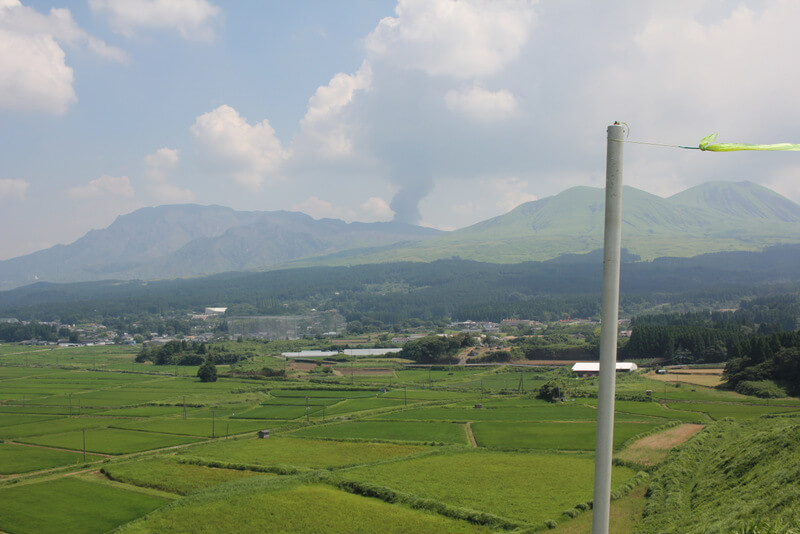 噴煙を上げる阿蘇山