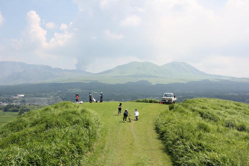 山から阿蘇山を望む