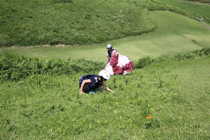 斜面を登る子ども