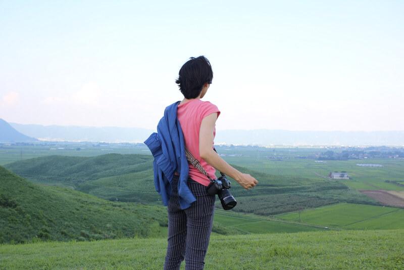 雄大な景色を望む女性