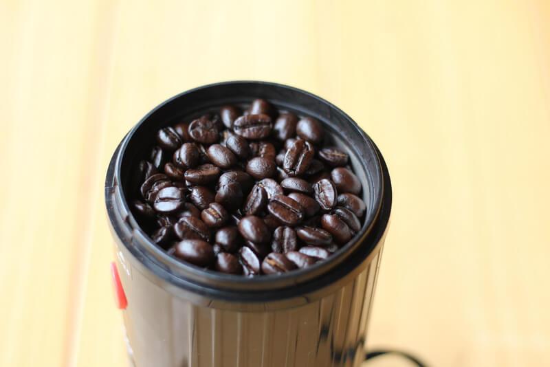電動ミルにコーヒー豆を入れたところ