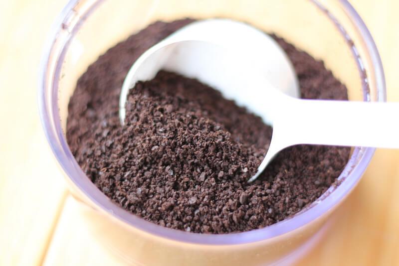 コーヒー粉をスプーンですくう