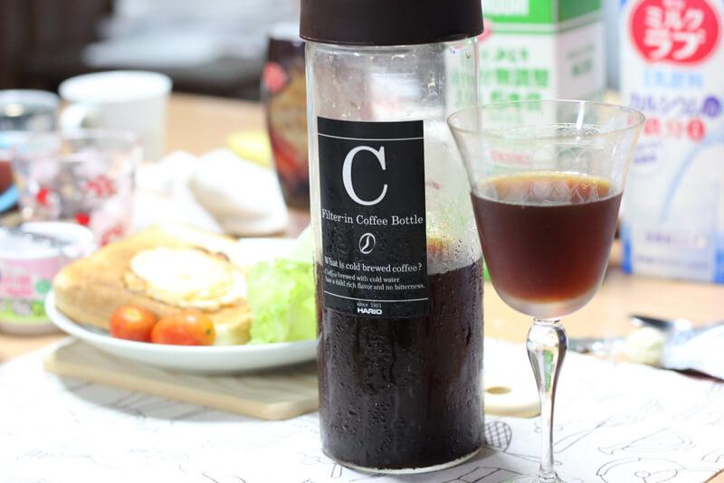 食卓に置かれたフィルターインコーヒーボトル