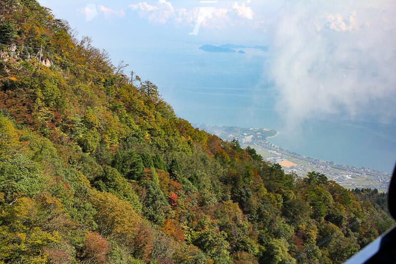 ロープウェイの途中から琵琶湖を眺める